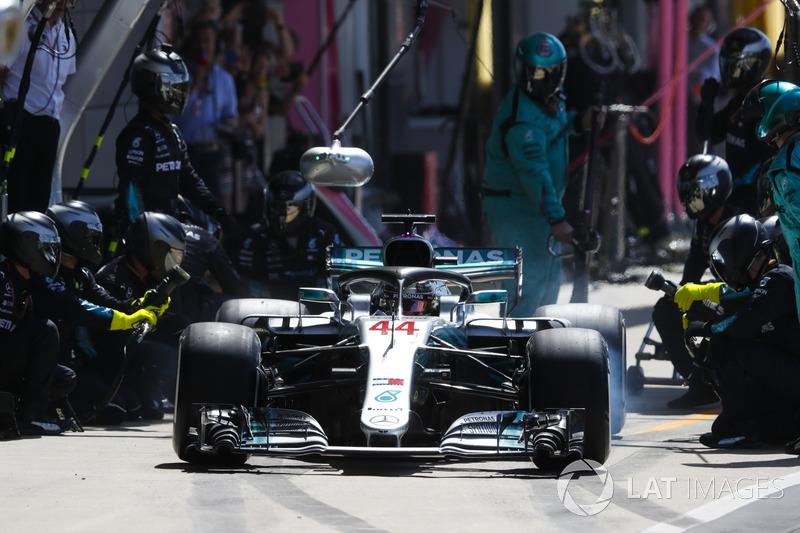 Lewis Hamilton, Mercedes AMG F1 W09, s'arrête aux stands