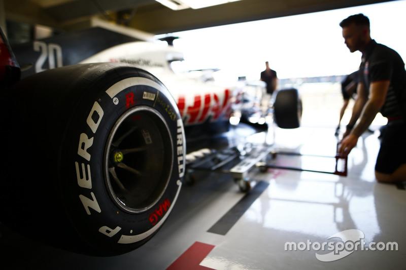 Les mécaniciens Haas travaillent sur une Haas F1 Team VF-18