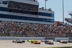 Will Power, Team Penske Chevrolet, Josef Newgarden, Team Penske Chevrolet, Simon Pagenaud, Team Penske Chevrolet, Ryan Hunter-Reay, Andretti Autosport Honda mènent au départ