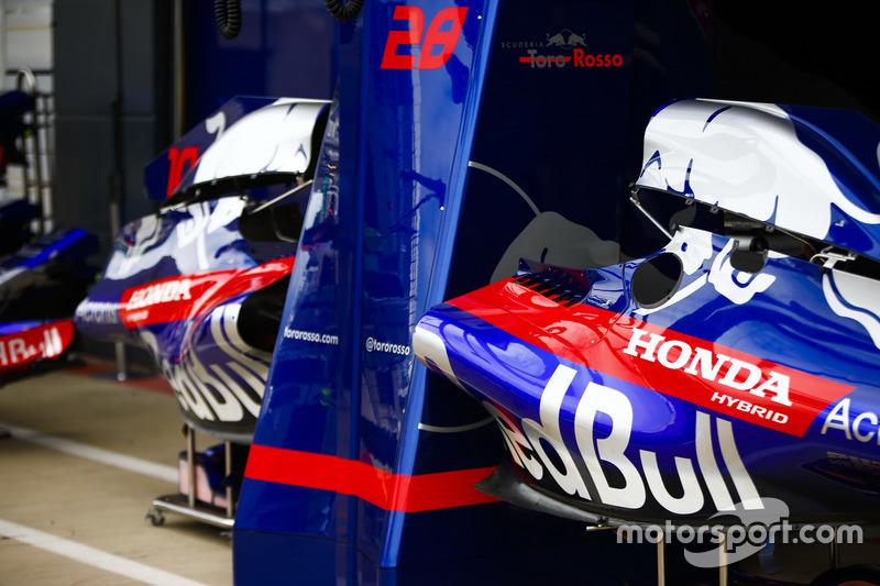 Des pièces de carrosserie de Toro Rosso dans la voie des stands