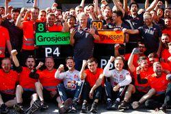 Romain Grosjean, Haas F1 Team, Kevin Magnussen, Haas F1 Team, e il team Haas F1, festeggiano il miglior risultato del team a oggi