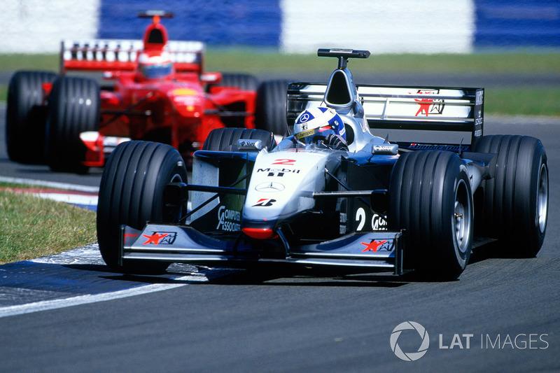 Na de eerste serie pitstops leidt Coulthard voor Irvine: