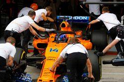 Fernando Alonso, McLaren MCL33, es devuelto algaraje