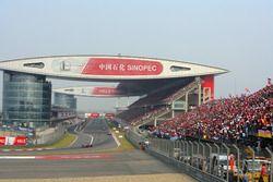 Lewis Hamilton, McLaren MP4-23, voor Kimi Raikkonen, Ferrari F2008, and Felipe Massa, Ferrari F2008