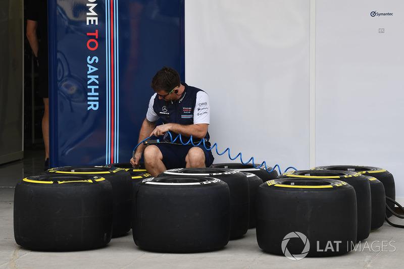 Mekanik Williams mengecek ban Pirelli