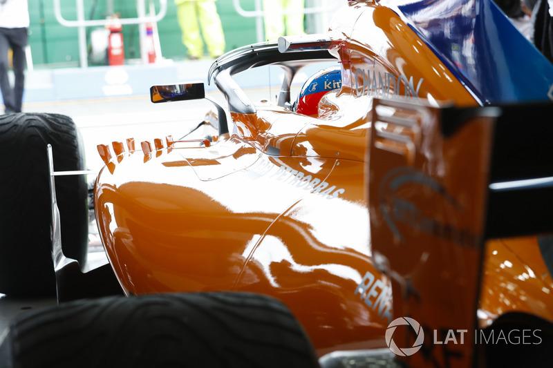 Fernando Alonso, McLaren MCL33 Renault, en el garaje