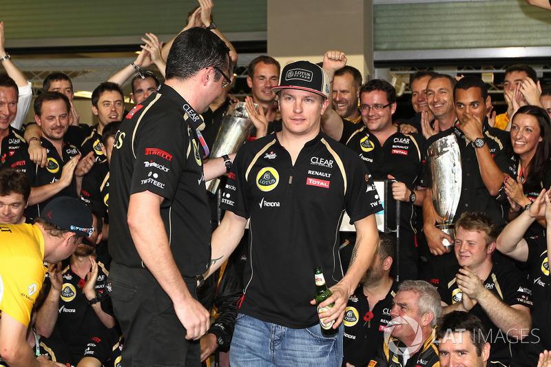 No fim de sua primeira temporada após a volta à F1, na última etapa, Raikkonen venceu de forma triunfal em Abu Dhabi. Note a cerveja na comemoração.