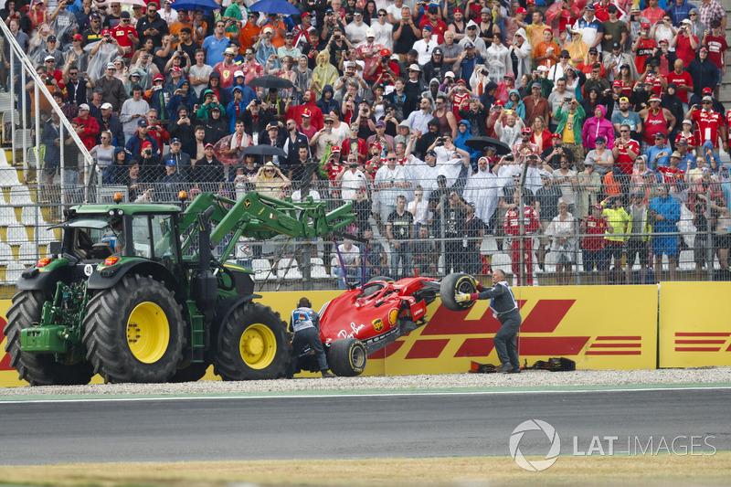 Los comisarios retiran el coche deSebastian Vettel, Ferrari SF71H