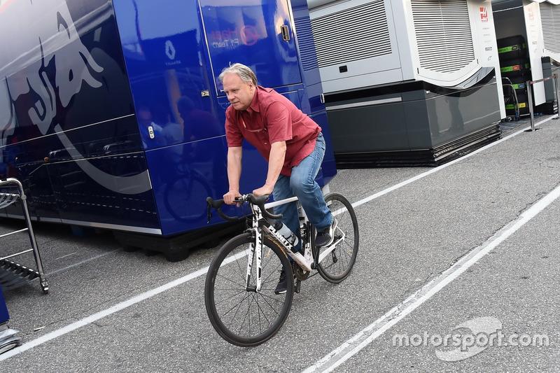Gene Haas, fondatore e presidente, Haas F1 Team, in sella a una bicicletta