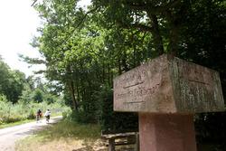 Señal de una ruta en bicicleta en el viejo Hockenheim