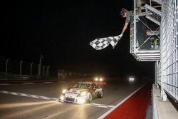 Bandera a cuadros para #911 Herberth Motorsport, Porsche 991 GT3 R: Daniel Allemann, Ralf Bohn, Robe