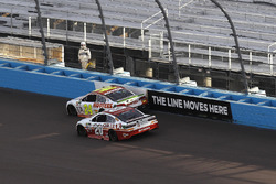 Matt Kenseth, Joe Gibbs Racing Toyota pasa a Chase Elliott, Hendrick Motorsports Chevrolet