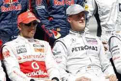 Lewis Hamilton, McLaren MP4-25, con Michael Schumacher, Mercedes GP W01