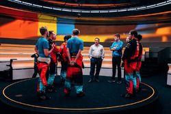 Исполнительный директор McLaren Technology Group Зак Браун и участники McLaren World's Fastest Gamer