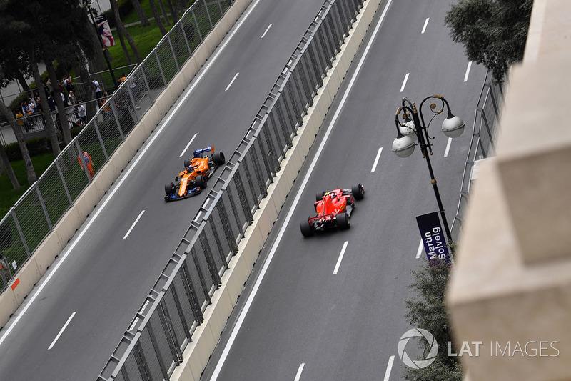 Fernando Alonso, McLaren MCL33 y Kimi Raikkonen, Ferrari SF71H