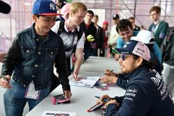 Sergio Perez, Force India lors de la séance d'autographe