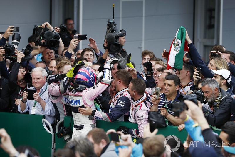 Sergio Perez, Force India, festeggia con il suo team dopo la gara