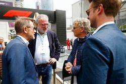Hermann Tilke habla con el político danés Helge Sander y Lars Seier Christensen, CEO, Seier Capital