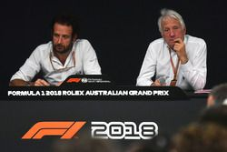 Matteo Bonciani, delegado de medios de la FIA y Charlie Whiting, delegado de la FIA en conferencia de prensa