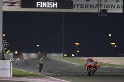 Andrea Dovizioso, Ducati Team, et Marc Marquez, Repsol Honda Team, passent la ligne d'arrivée