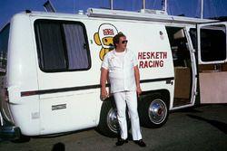 Lord Alexander Hesketh fuori dal suo nuovo motorhome