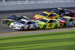 Brad Keselowski, Team Penske Ford Fusion, Chase Elliott, Hendrick Motorsports Chevrolet Camaro, Ryan