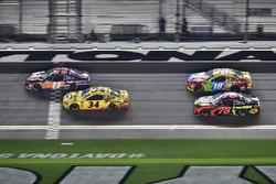 Denny Hamlin, Joe Gibbs Racing Toyota, Michael McDowell, Front Row Motorsports Ford Fusion, Kyle Bus