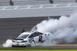 Yarış galibi Brad Keselowski, Team Penske Ford Fusion zaferini kutluyor