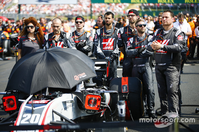 Engineers on the grid with the car of Kevin Magnussen, Haas F1 Team VF-18