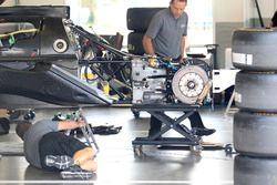 Membri del team al lavoro sulla vettura #55 Mazda Team Joest Mazda DPi: René Rast, Olivier Jarvis