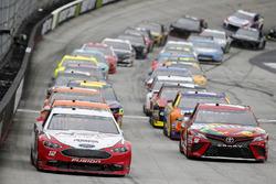 Ryan Blaney, Team Penske, Ford Fusion REV Kyle Busch, Joe Gibbs Racing, Toyota Camry Skittles