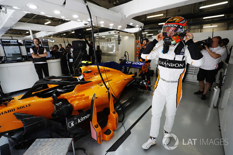 Stoffel Vandoorne, McLaren, in the garage