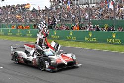 #8 Toyota Gazoo Racing Toyota TS050: Sébastien Buemi, Kazuki Nakajima, Fernando Alonso festeggiano la vittoria in pista