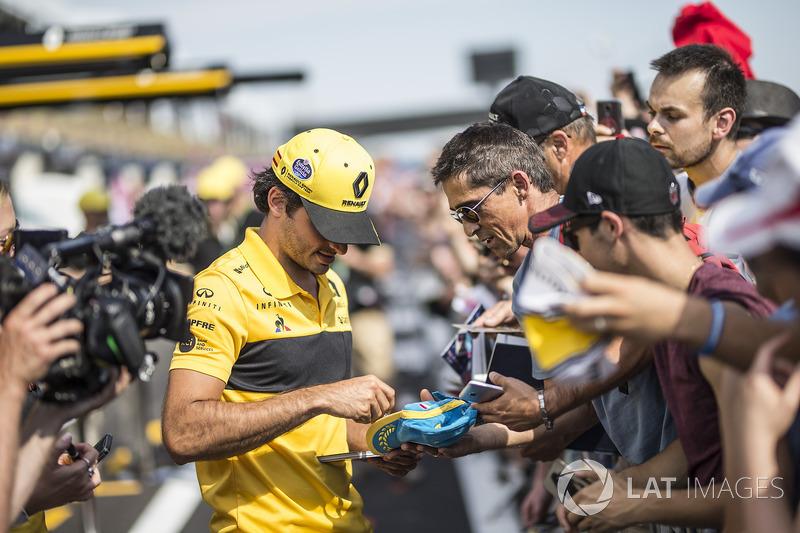 Carlos Sainz Jr., Renault Sport F1 Team firma autógrafos a los fans