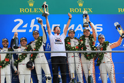 LMGTE Pro podium: ganadores Michael Christensen, Kevin Estre, Laurens Vanthoor, equipo Porsche GT, segundo lugar Richard Lietz, Gianmaria Bruni, Frédéric Makowiecki