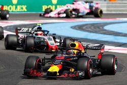 Daniel Ricciardo, Red Bull Racing RB14, leads Kevin Magnussen, Haas F1 Team VF-18
