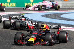 Daniel Ricciardo, Red Bull Racing RB14, leads Kevin Magnussen, Haas F1 Team VF-18