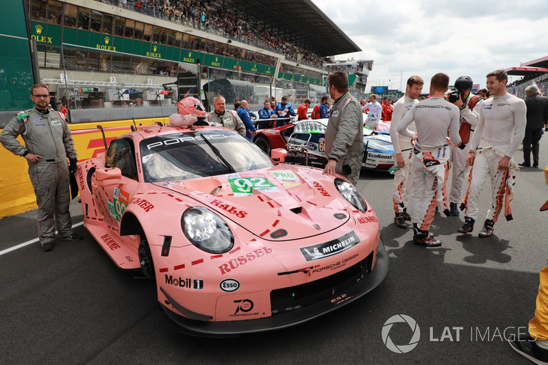 А одной из самых забавных машин на решетке была Porsche №92 в исторической ливрее Pink Pig. Ею управляли Микаэль Кристенсен, Кевин Эстре, Лоренс Вантхор