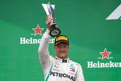 Le deuxième, Valtteri Bottas, Mercedes AMG F1, soulève son trophée sur le podium