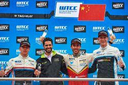 Podium: Ganador, Esteban Guerrieri, Campos Racing, Chevrolet RML Cruze TC1, segundo, Yann Ehrlacher,