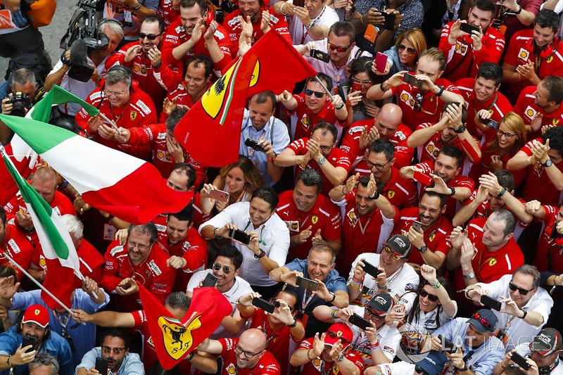 Les membres de l'équipe Ferrari fêtent la victoire de Sebastian Vettel, Ferrari