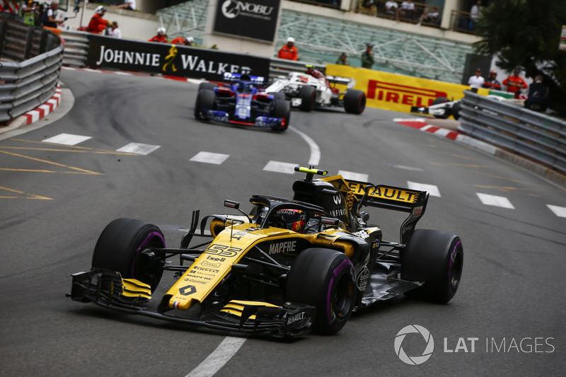 Carlos Sainz Jr., Renault Sport F1 Team R.S. 18, leads Brendon Hartley, Toro Rosso STR13, and Charles Leclerc, Sauber C37