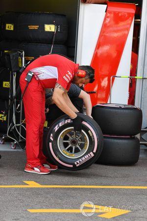 Des ingénieurs Ferrari et Pirelli