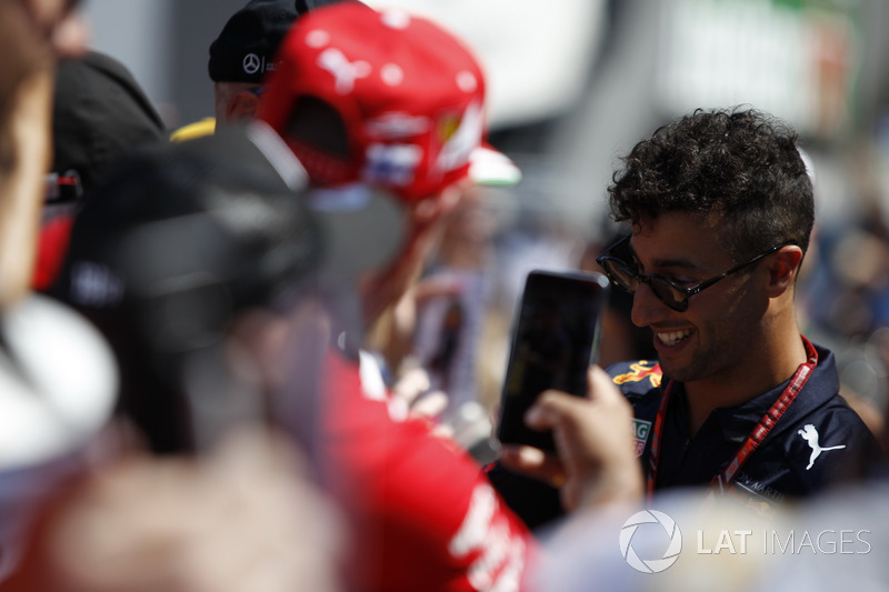 Daniel Ricciardo, Red Bull Racing firma autógrafos para los fanáticos