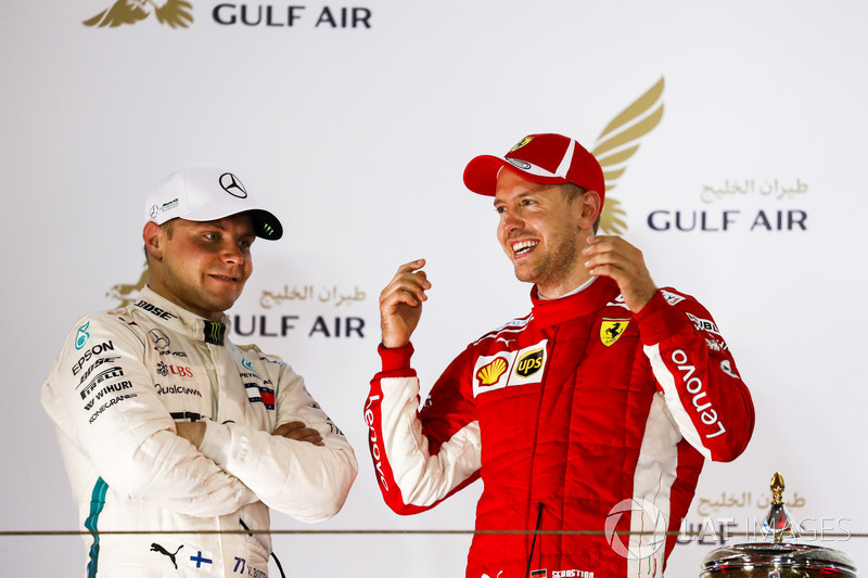 Valtteri Bottas, Mercedes AMG F1, 2° classificato, e Sebastian Vettel, Ferrari, 1° classificato, parlano sul podio