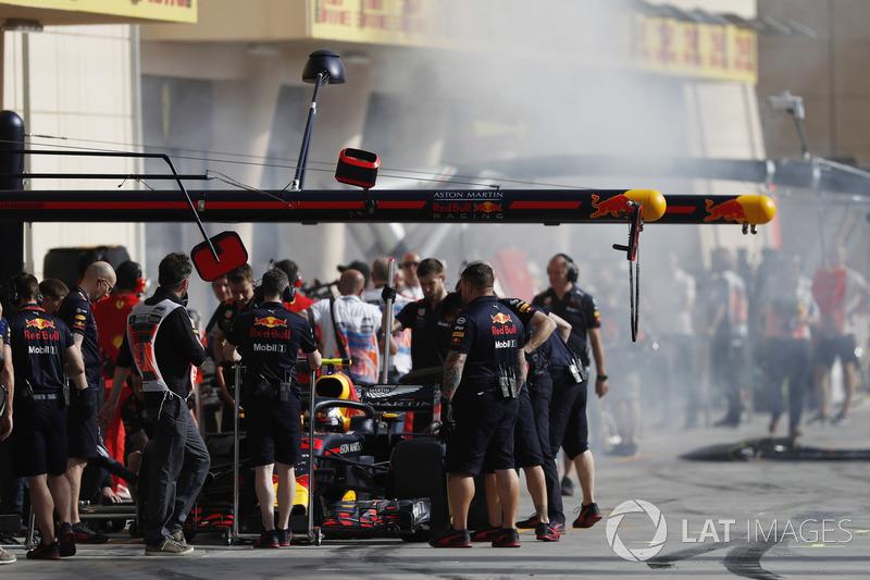 Humo en el pit lane , Max Verstappen, Red Bull Racing RB14 Tag Heuer, hace una parada en boxes