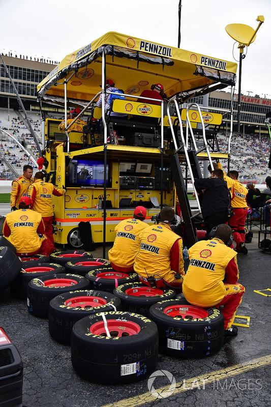 Joey Logano, Team Penske, Shell Pennzoil Ford Fusion pit