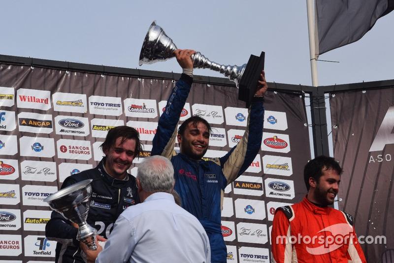 Podio: ganador de la carrera Michell Bonnin; segundo lugar Rodrigo Aramendía y tercer lugar Frederick Balbi