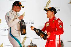Valtteri Bottas, Mercedes AMG F1, 2° classificato, e Sebastian Vettel, Ferrari, 1° classificato, festeggiano con il Waard, sostitutivo analcolico dello Champagne, sul podio