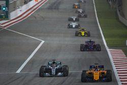 Fernando Alonso, McLaren MCL33 Renault, Lewis Hamilton, Mercedes AMG F1 W09, Brendon Hartley, Toro Rosso STR13 Honda, Carlos Sainz Jr., Renault Sport F1 Team R.S. 18, e il resto del gruppo